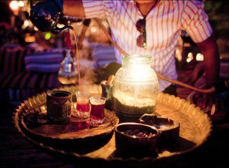 STED FOR TE: Nytrukket frukt-te serveres på strålende vis.