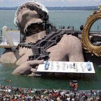 Die Bregenzer Festspiele in Österreich sind ein einzigartiger Event. Die Seebühne ist riesig und jedes Jahr absolut einzigartig. Ein tolles Beispiel für ein Ponton der Extraklasse!