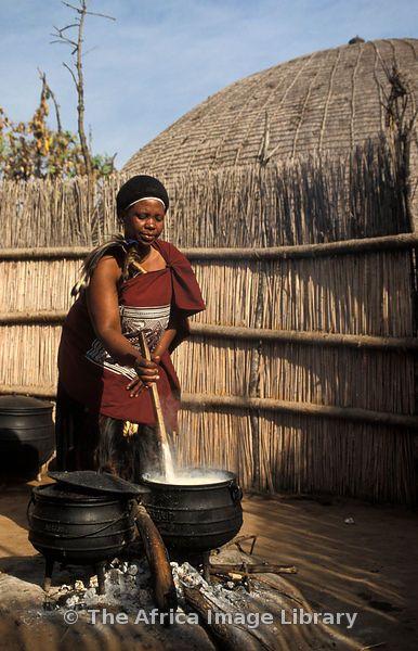 Mujer casada Swazi preparando las gachas típicas .Matsamo, Swazilandia