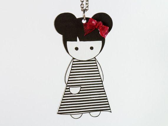 Sautoir poupée en plastique - deux couettes et robe à rayures