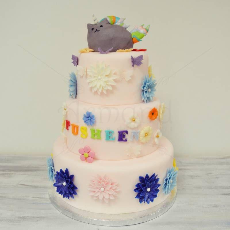 Cunoscuta pisica Pusheen este bineinteles vedeta acestui tort personalizat, decorat cu cele mai vesele detalii si este gata de o petrecere pe masura.