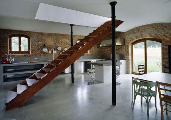 Escalera interior en casa muro de ladrillo piso de for Piso rustico moderno