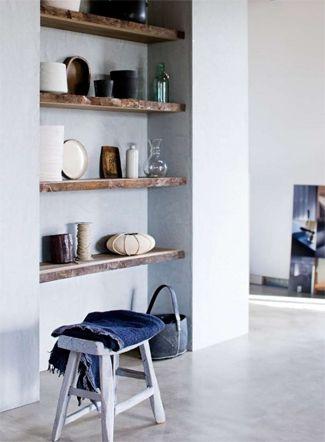2. Kast houten planken in nis wand naast eettafel en in badkamer ...