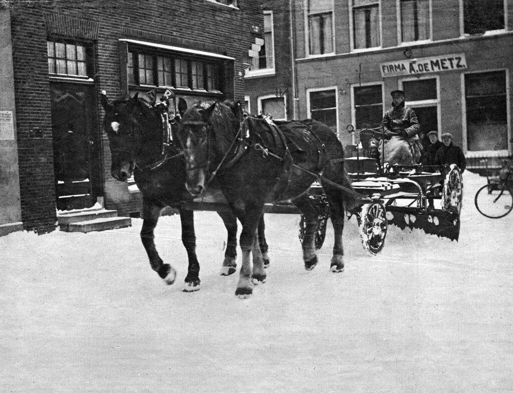 Laat de sneeuw maar komen, wij zijn er klaar voor!!!. Berlikumermarkt / Uniabuurt 1929. Leeuwarden
