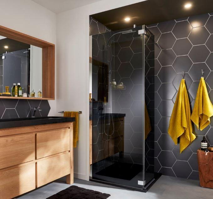 Cette salle de bain originale mixe avec élégance le bois et le ...