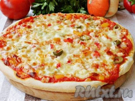 Вкусная, ароматная и сочная домашняя пицца на тонком тесте готова.