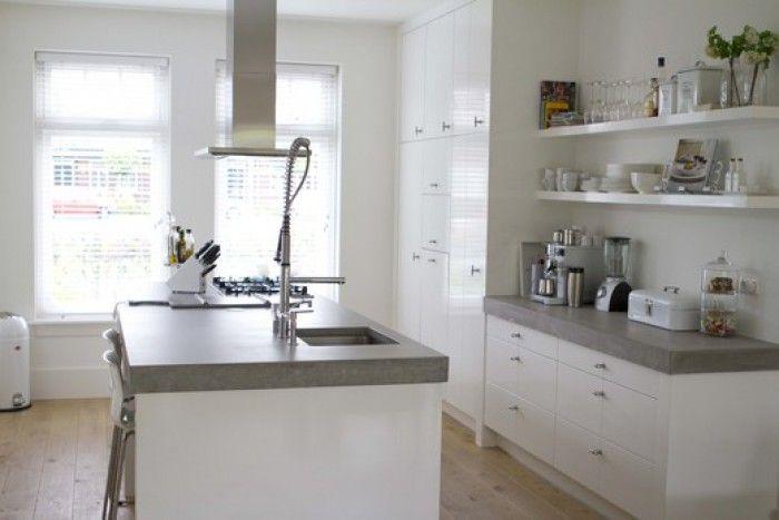 Witte Minimalistische Woonkeuken : Mooie witte keuken met betonnen werkblad van site vt wonen