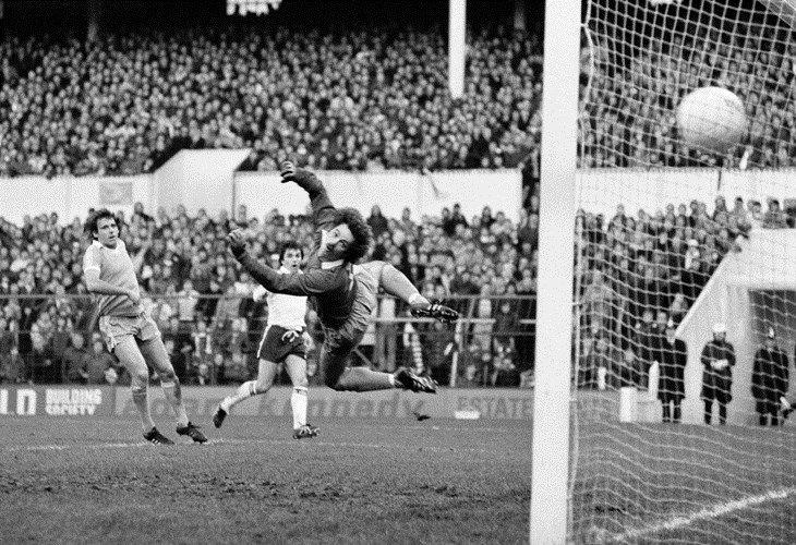 John Pratt hitting a spectacular winner against Stoke back in December, 1979.   pratt_v_stoke730