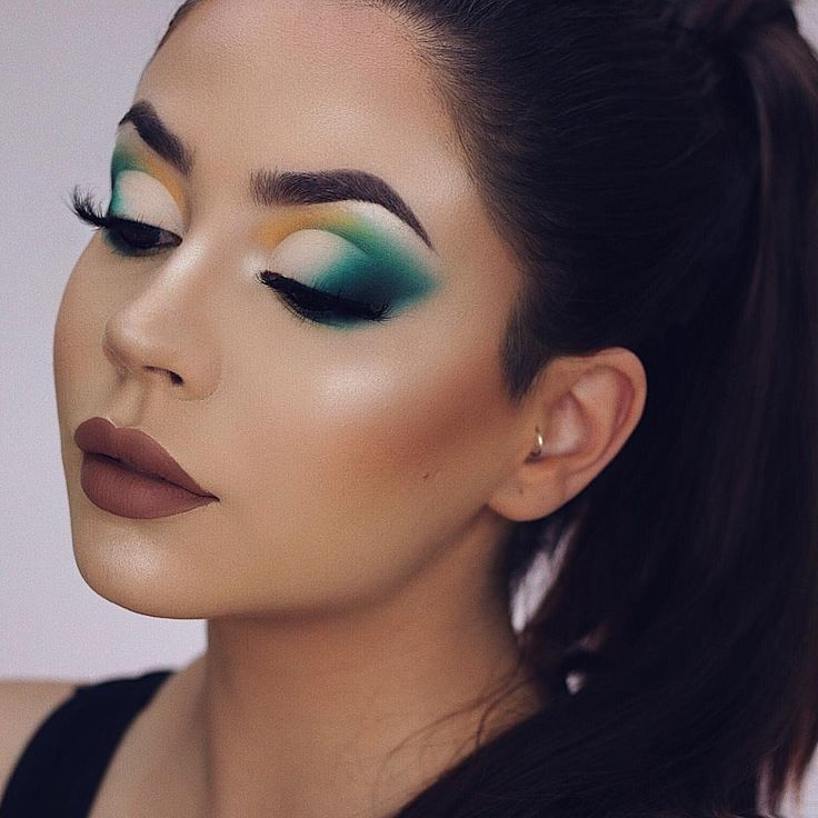 Would you wear this look? 🐔 • Products used: • EYES AND BROWS @iconic.london Brow cushion in 'Deep'  – dianamaria_mua