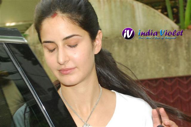 When Katrina Kaif Cried On Salman S Shoulder The Ultimate Film Magazine Bollywood Hollywood Katrina Kaif Photos Of Katrina Katrina Kaif Without Makeup