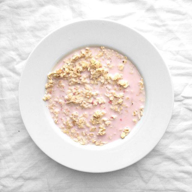 """""""Havregrød med en smule af min jordbær proteinshake hældt over sig  den varme grød, sammen med den søde proteinshake er simpelthen så lækkert sammen og jeg ved ikke hvorfor jeg ikke har tænkt på at kombinere det før """" Photo taken by @helenanorupx on Instagram, pinned via the InstaPin iOS App! http://www.instapinapp.com (07/10/2015)"""