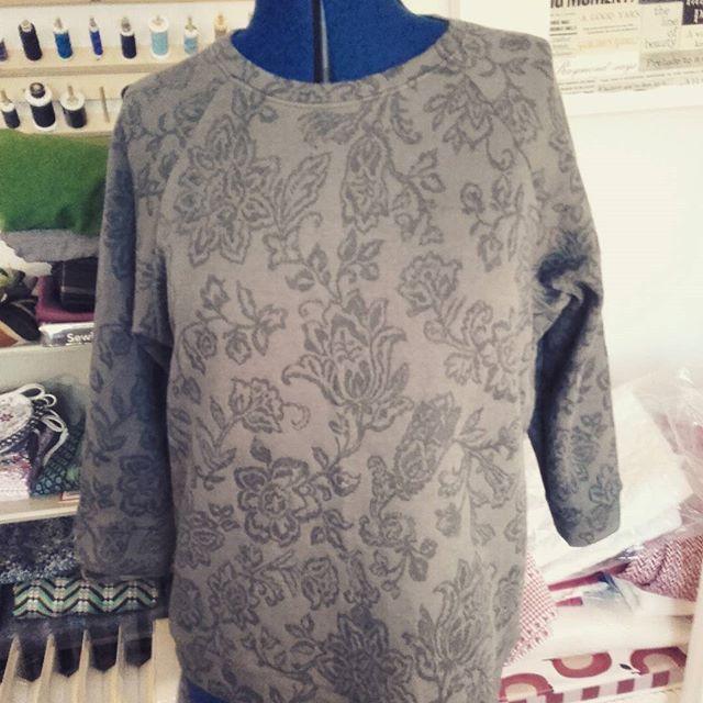 #lindensweatshirt Christmas pressie just finished for my lovely Aunt in damask sweatshirt fabric from #abakhanfabrics #grainlinestudio #christmas2016christmas2016,lindensweatshirt,abakhanfabrics,grainlinestudioethelsimages