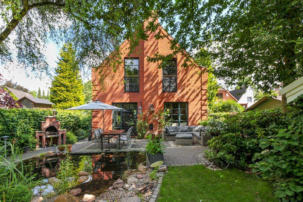 Landhaus mit Klinker Fassade, Terrasse & kleinem Garten