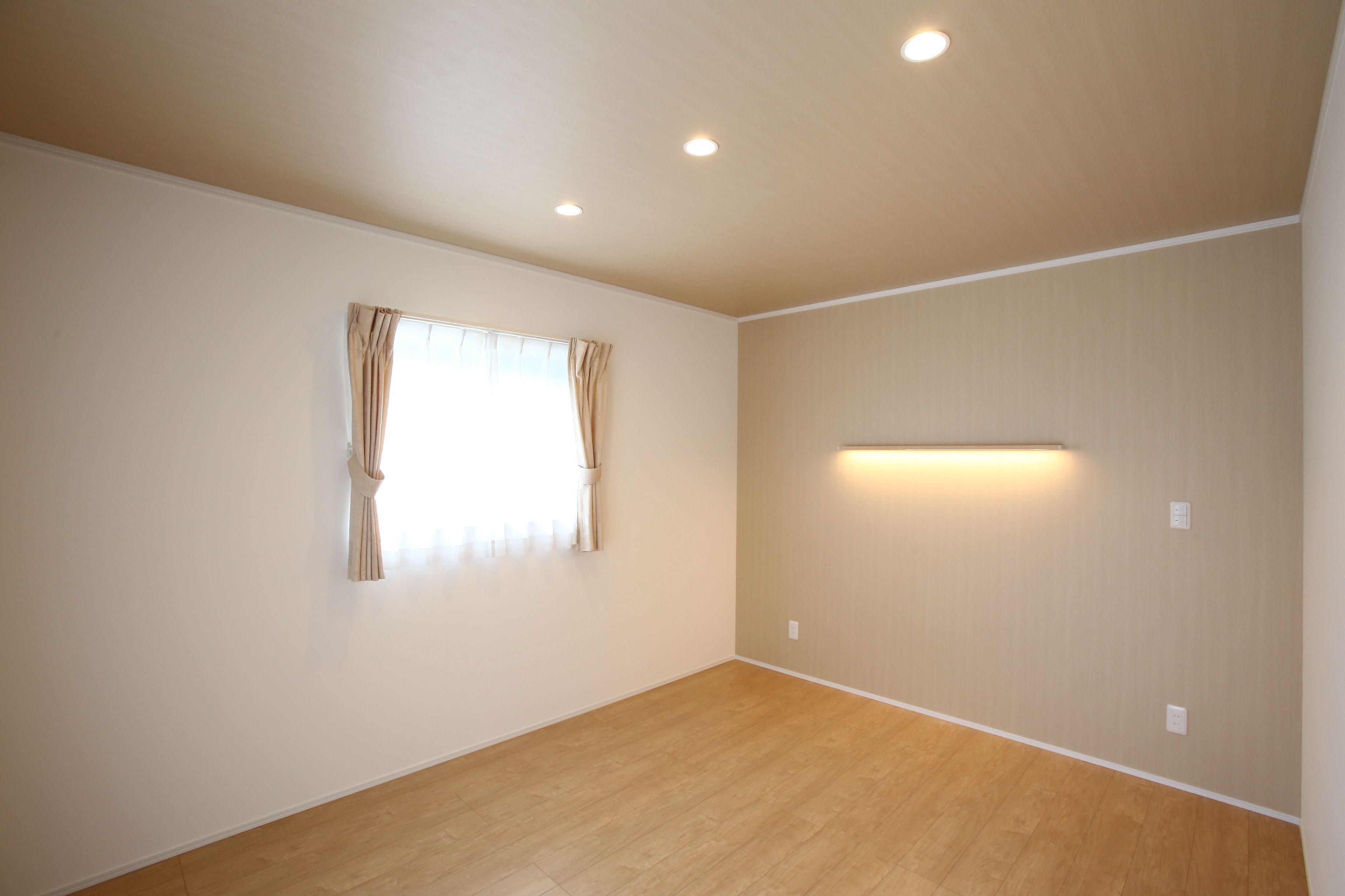 建築実例 寝室 洋室 壁紙 天井 ビニールクロス 照明 ダウンライト