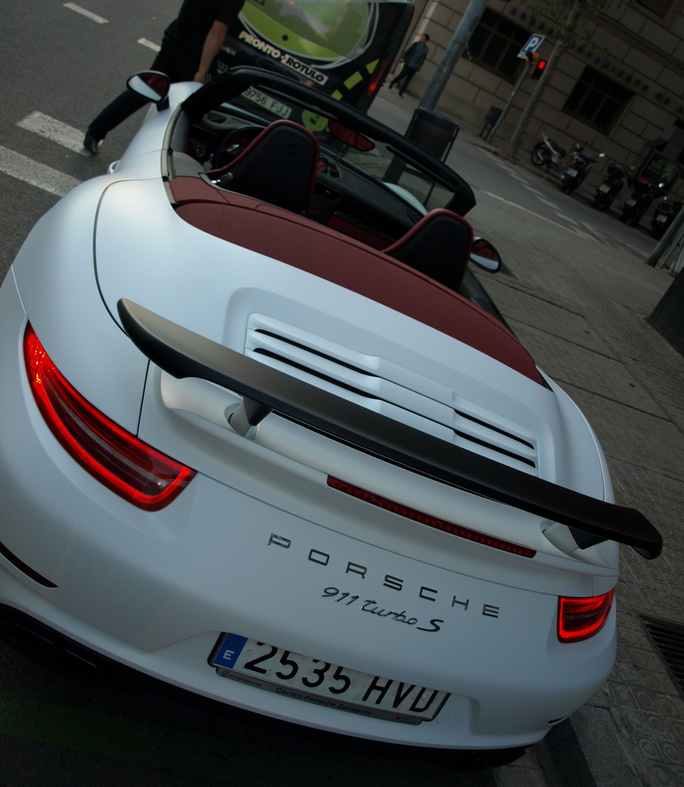 """Porsche 991 Turbo S en Blanco Brillante.., y ahora Blanco Mate! En estas fotos tienes un ejemplo de """"wrap"""" con un Porsche con color original al que lo hemos llevado a un integral en vinilo Blanco Mate MacTac Tuning Film gama alta especial para wrap. Además tiene detalles como espejos, spoiler delantero, alerón trasero y hasta las llantas en Vinilo Negro Mate.  + info en http://www.prontorotulo.com/ + info en https://www.facebook.com/prontorotulo + info en https://www.twitter.com/prontorotulo"""