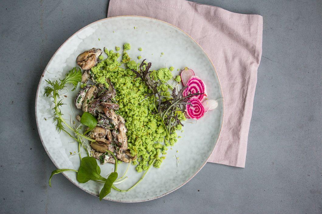 Grünes Crumble aus Kokos, Spinat und Basilikum mit Shiitake Pilzen