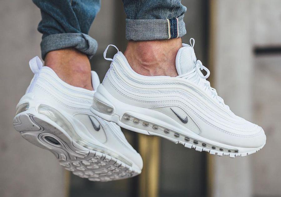 b2e62662a8 Découvrez en images la Nike Air Max 97 White/Wolf Grey, surnommée Triple  White. Un modèle homme à la blancheur éclatante idéale pour lété
