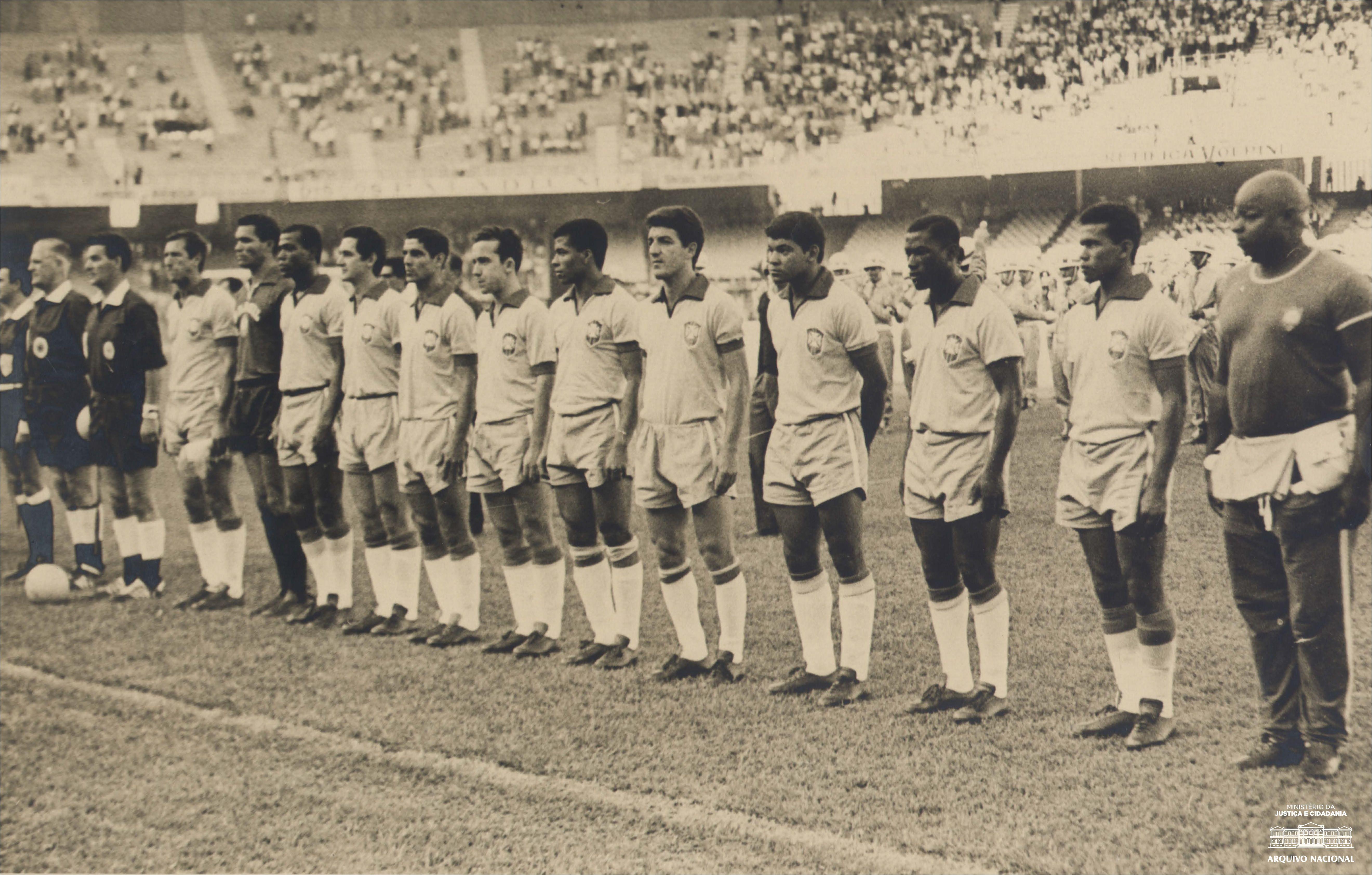 Seleção Brasileira De Futebol Antes Do Jogo Amistoso Contra A Polônia No Mineirão O Resultado Do Jogo Foi Brasil 4 X 1 Polôn School Football Brazil Football