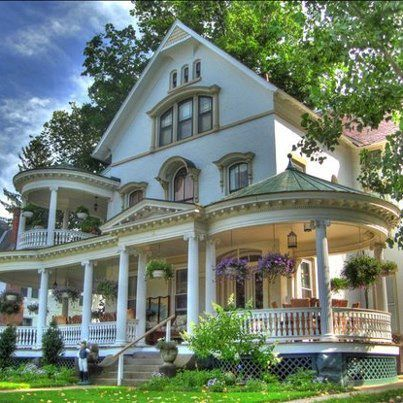 Pretty victorian home love the wrap around porch for Homes with verandahs all around