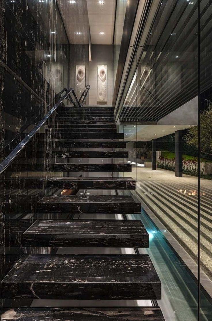 Photo of Luxuriöses, modernes Luxushaus mit Blick über die Skyline von LA