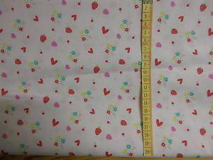 Baumwollstoff, hell-rosa, Herzen, Blumen und Erdbeeren, 140 x 50 cm