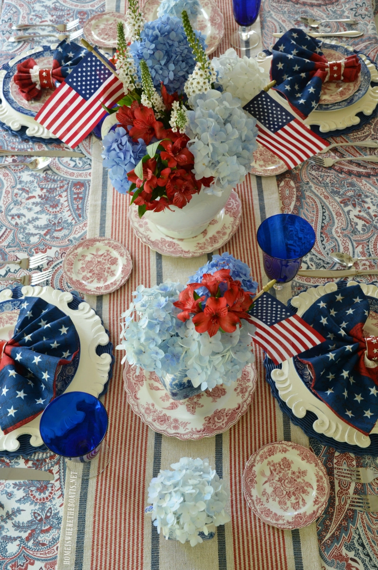 Red, White and Liberty Blue patriotic table | ©homeiswheretheboatis.net #4thofjuly #tablescapes #patriotic #flag #redwhiteandblue