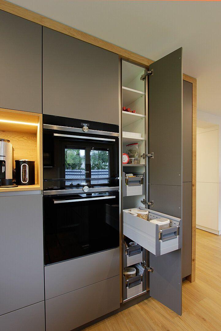 Graue Küche mit Holz
