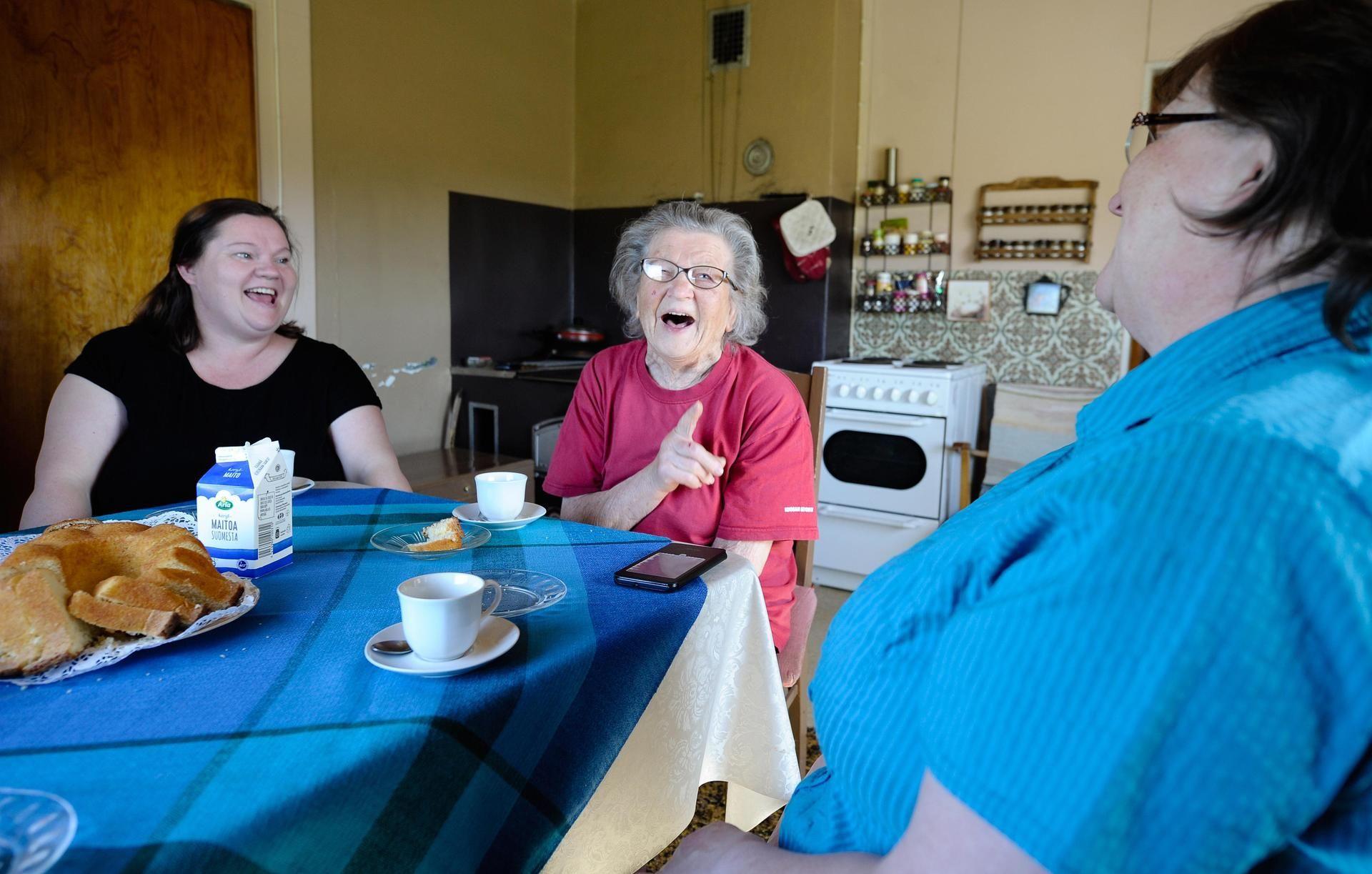 Muutos äitien asemassa on myös kertomus hyvinvointiyhteiskunnan rakentamisesta. Elna Vuorela, 89, Mirja Kuosa, 66, ja Marke Kuosa, 46, kertovat, miten äitinä oleminen on muuttunut.