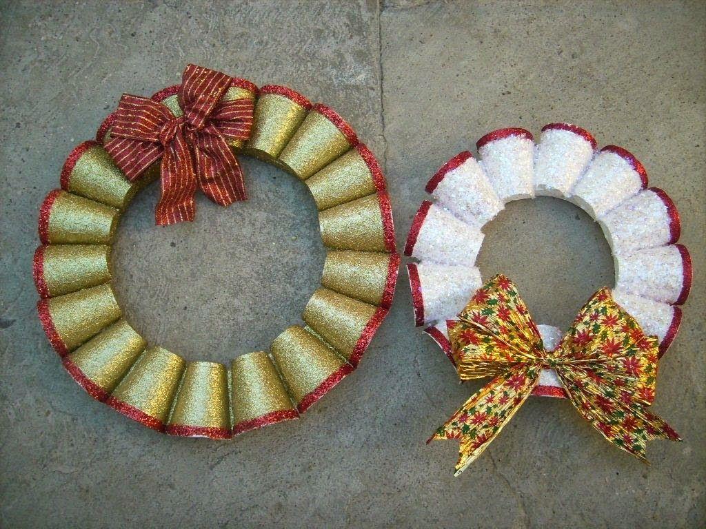 Decoracion navidena con materiales reciclados corona de for Puertas decoradas navidad material reciclable