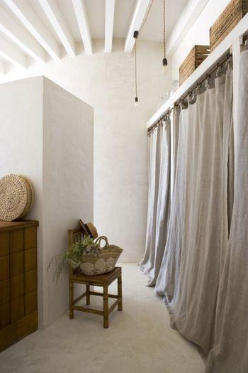 こちらは 一押しのテクニック クローゼットのドアを外し カーテンを取り付けます 少し引きずるくらいの長めのカーテンを選ぶことでお洒落感アップ シャープに見えてしまう