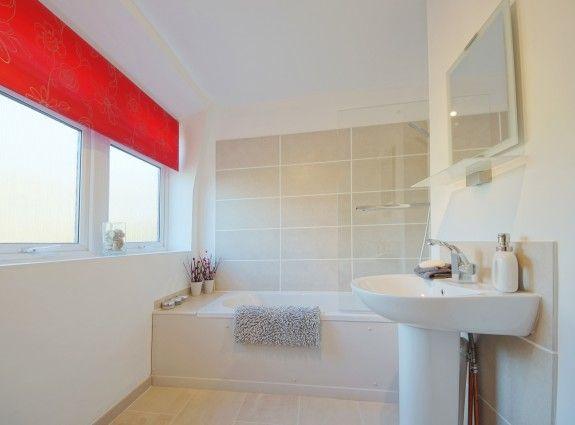 Die beigen Fliesen geben dem Badezimmer eine warme Atmosphäre ...