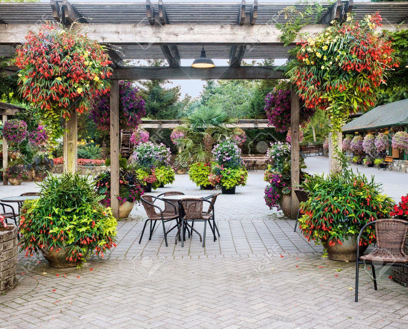 Resultado de imagen para pergola con macetas colgantes - Macetas para patios ...