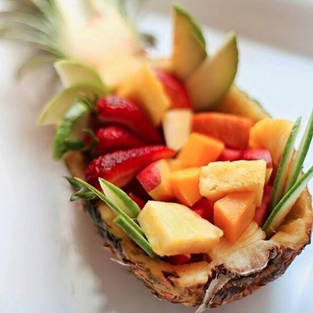 Que delicia essa salada de frutas servida no abacaxi.  #olioliteam #dessert…