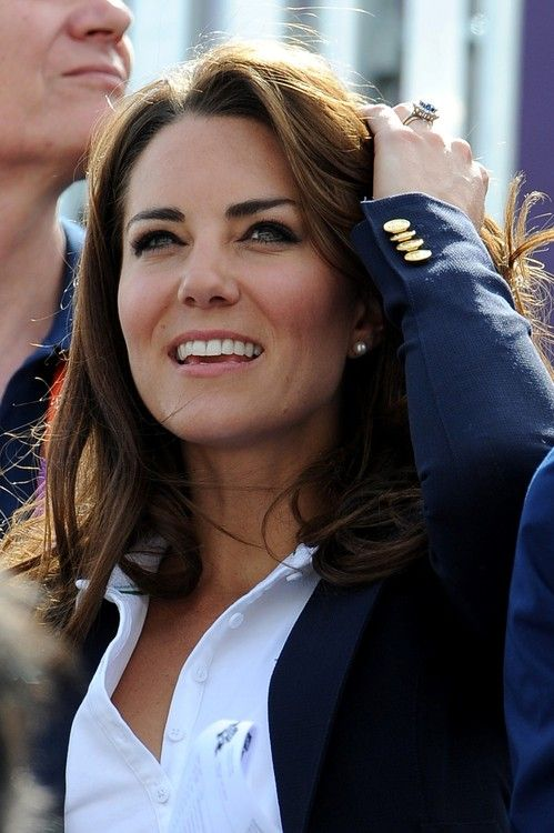 Always polished! Now Kate just needs a statement necklace to pair with her crisp white blouse.