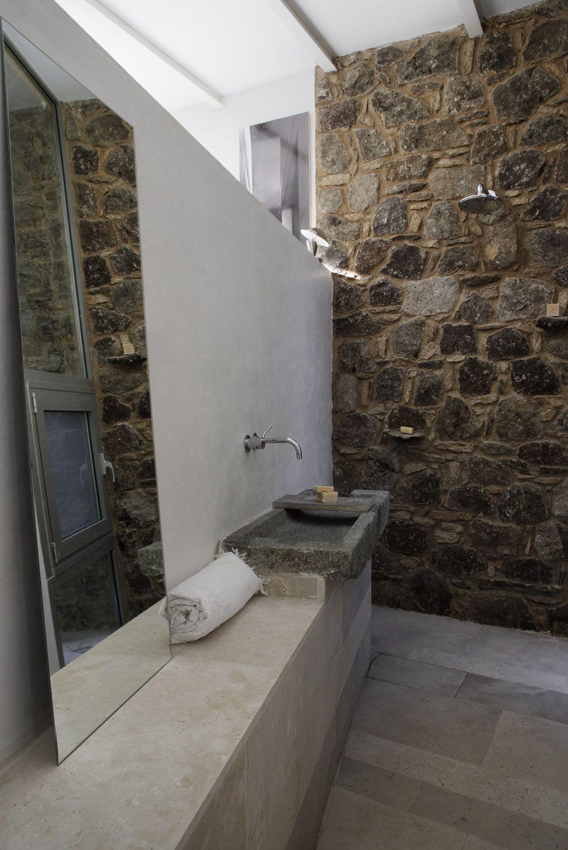 Reforma ba o r stico con pila de piedra como lavabo for Lavabo de obra para bano