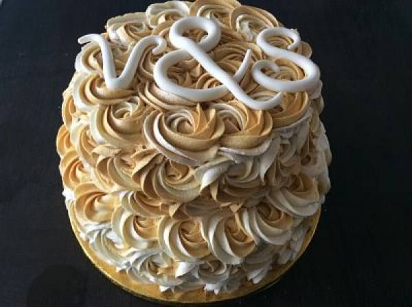 Mehndi Cake Birmingham : White and gold piped roses g cakes