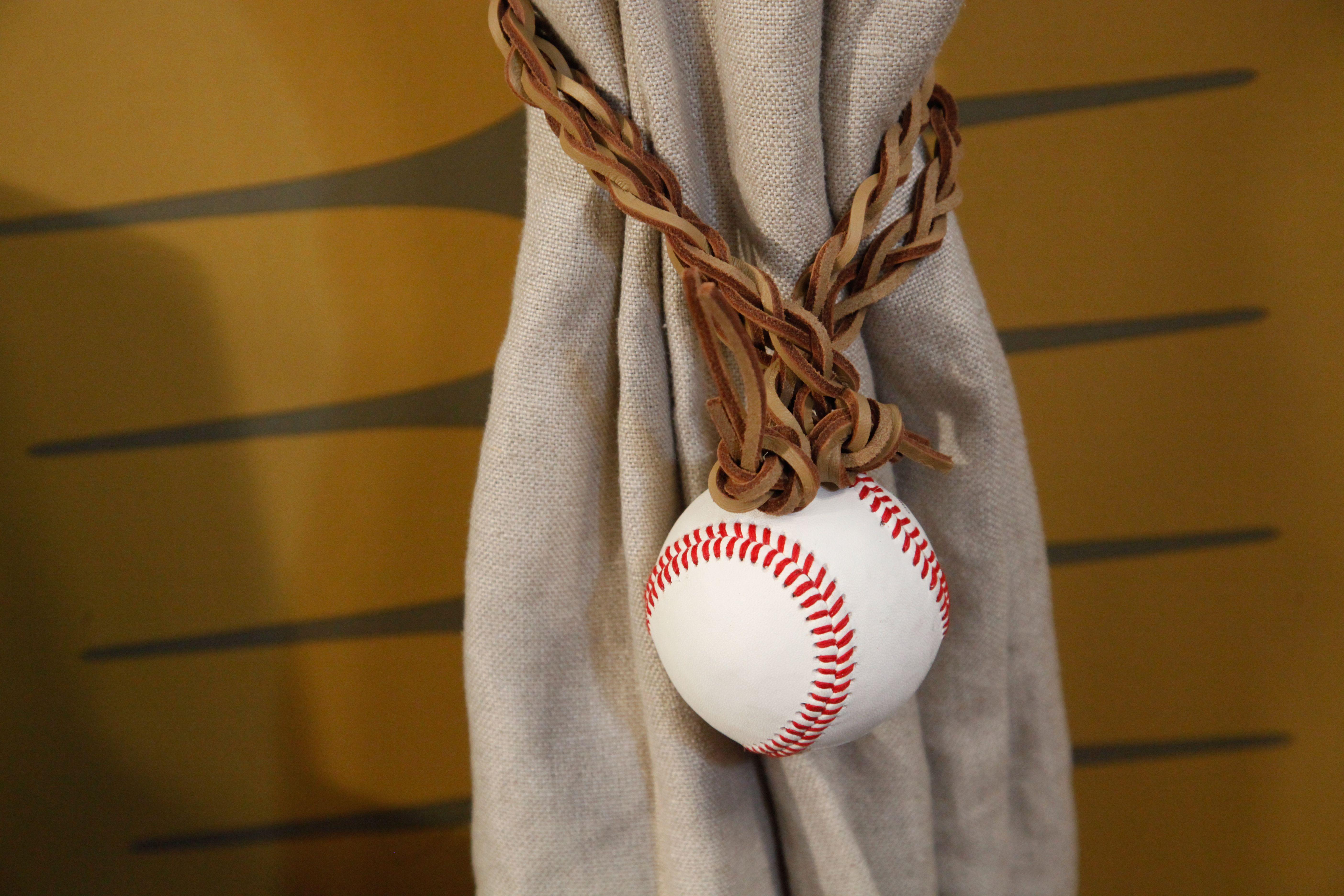 le diy de rozenn pour sa chambre d 39 ado sport vintage est une embrasse de rideau rideau de lin. Black Bedroom Furniture Sets. Home Design Ideas