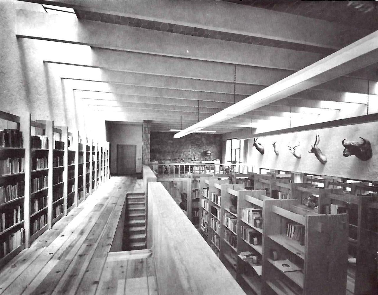 Biblioteca, Casa en Súchil, calle de Súchil 151, Jardines del Pedregal, México DF 1957   Arq. Enrique Yáñez -  Library of a house on Calle Suchil, Pedregal, Mexico City, 1957