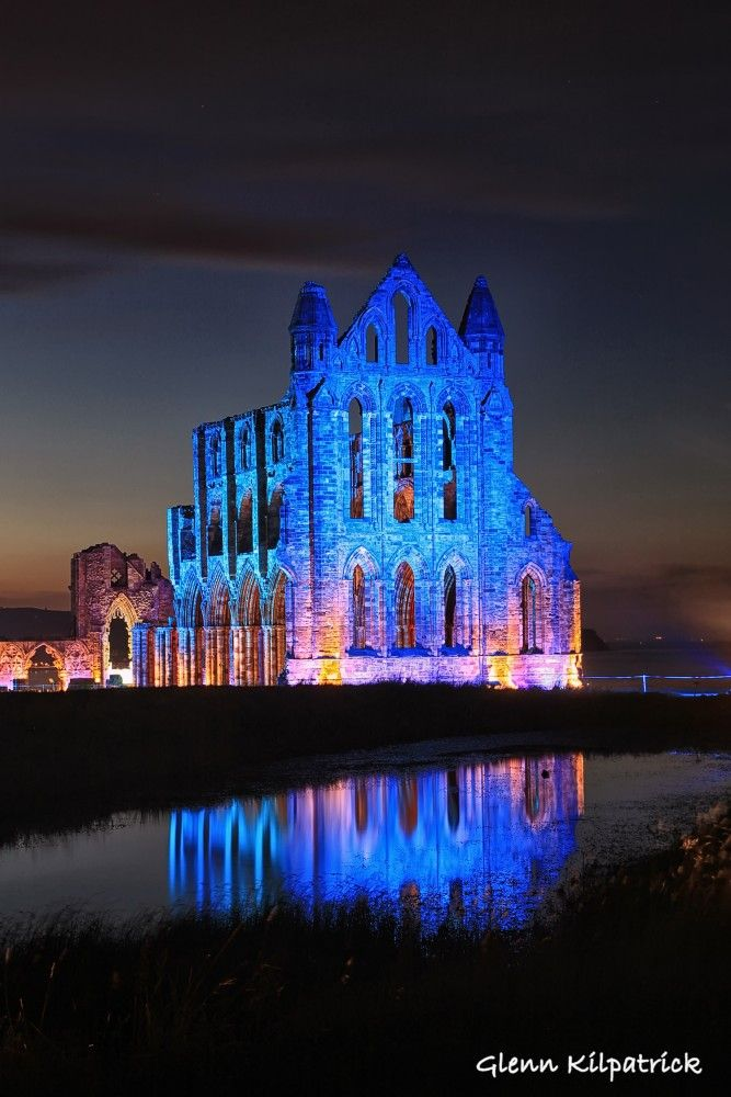 Illuminated-Whitby-Abbey-Whitby-Abbey-Lit-Up-At-Goth-Weekend-a-667x1000.jpg (667×1000)