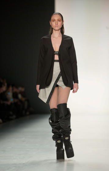 Fashion Week Berlin: Mode von Pearly Wong. Mehr zu den Laufsteg-Trends: http://www.nachrichten.at/nachrichten/society/Alle-Trends-und-die-Premiere-von-Becker-Tochter-Anna;art411,1615185 (Bild: epa)