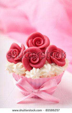stock-photo-cup-cake-with-red-roses-85586257.jpg (300×470)