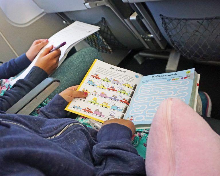Die Flugzeug Wundertüte I Wie Ihr Eure Kinder auf Reisen ohne Multimedia beschäftigt
