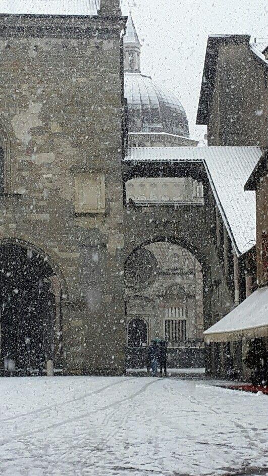 Bergamo (Italia) - Città alta: Piazza Vecchia  sotto la neve