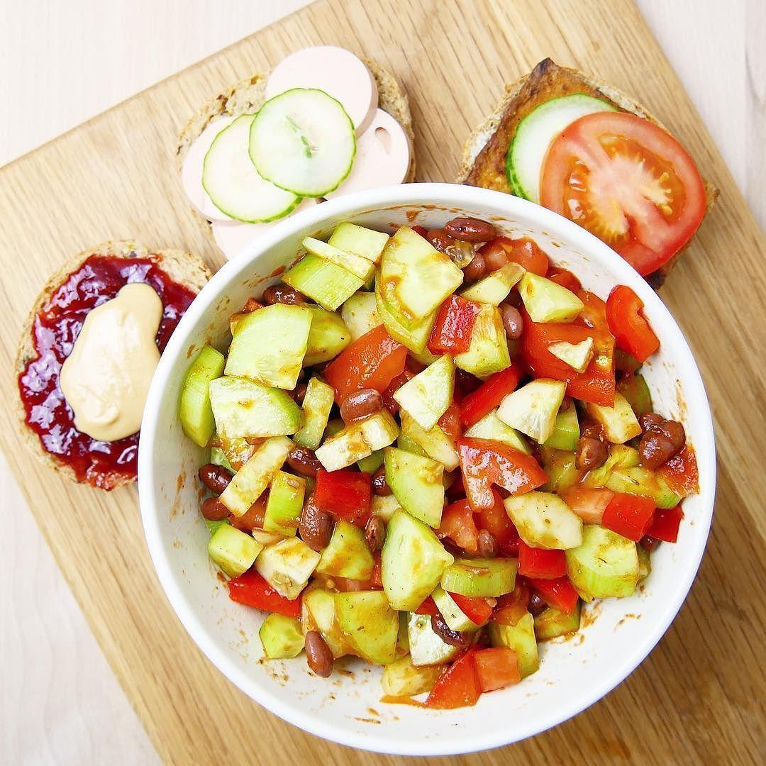 Gestern Abend haben @bambiee90 und ich uns noch ein paar Kalorien aufgespart für Brötchen  Belegt mit Fleischwurst Räuchertofu und Marmelade und Erdnussbutter  Dazu gab es noch einen kleinen Salat - Perfekt!