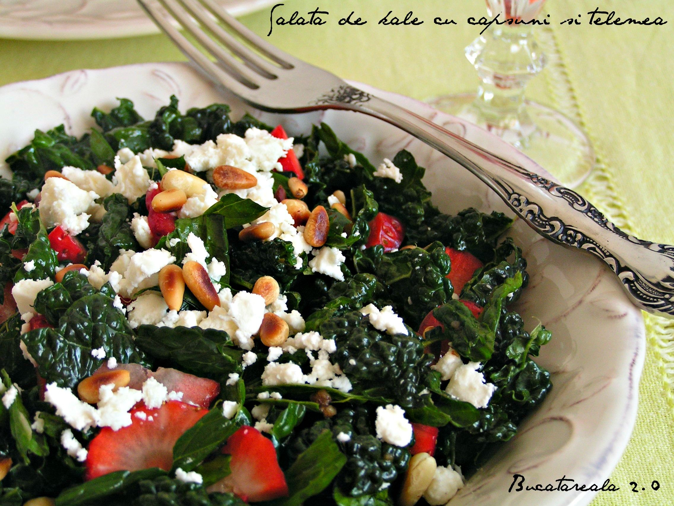 http://bucatarealaindoi.blogspot.ro/2014/02/salata-de-kale-cu-capsuni-si-telemea.html