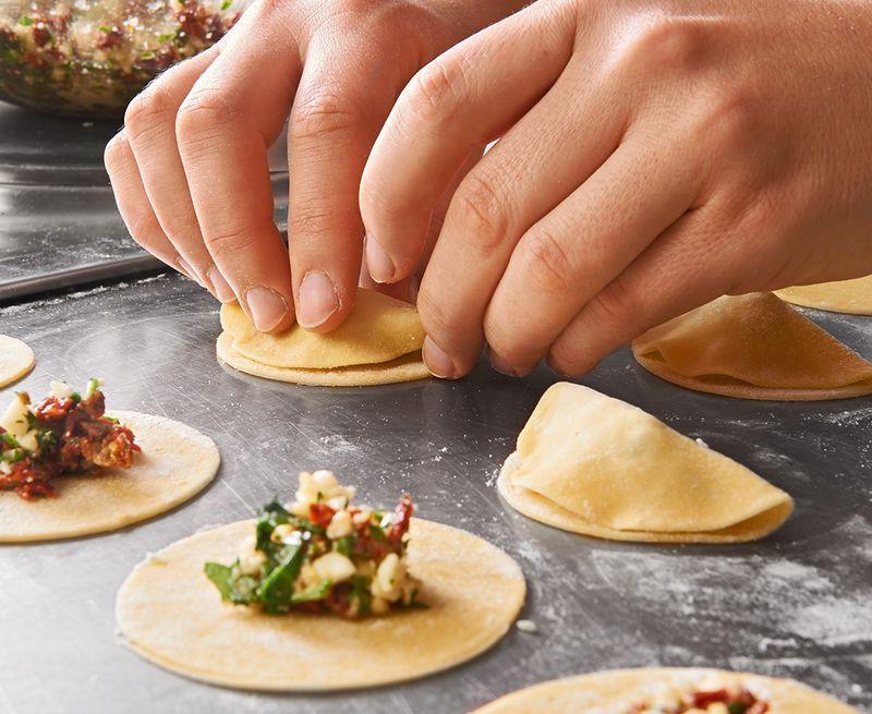 Ravioli, gefüllt mit Mozzarella, getrockneten Tomaten und Rucola - italienische küche rezepte