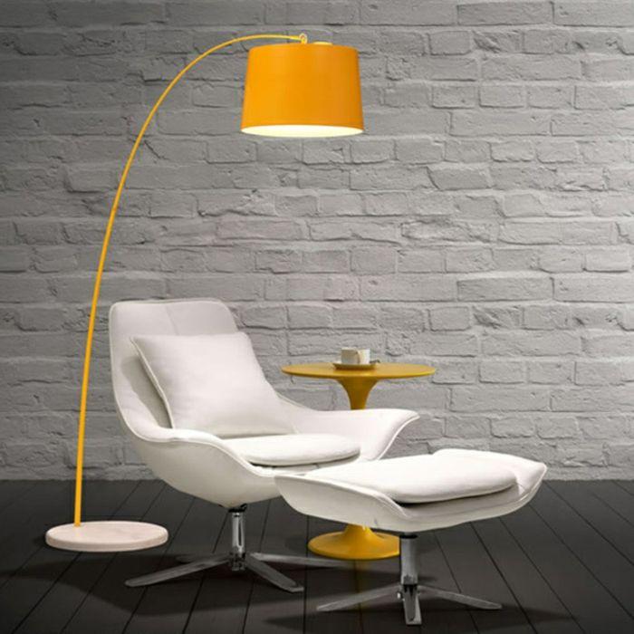 interessante gelbe gebogene stehlampe wei er sessel living. Black Bedroom Furniture Sets. Home Design Ideas
