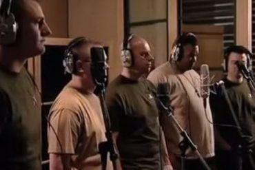 5 vojakov sa postavilo pred mikrofón a začali spievať. Už pri prvých tónoch vám oči zalejú slzy od dojatia