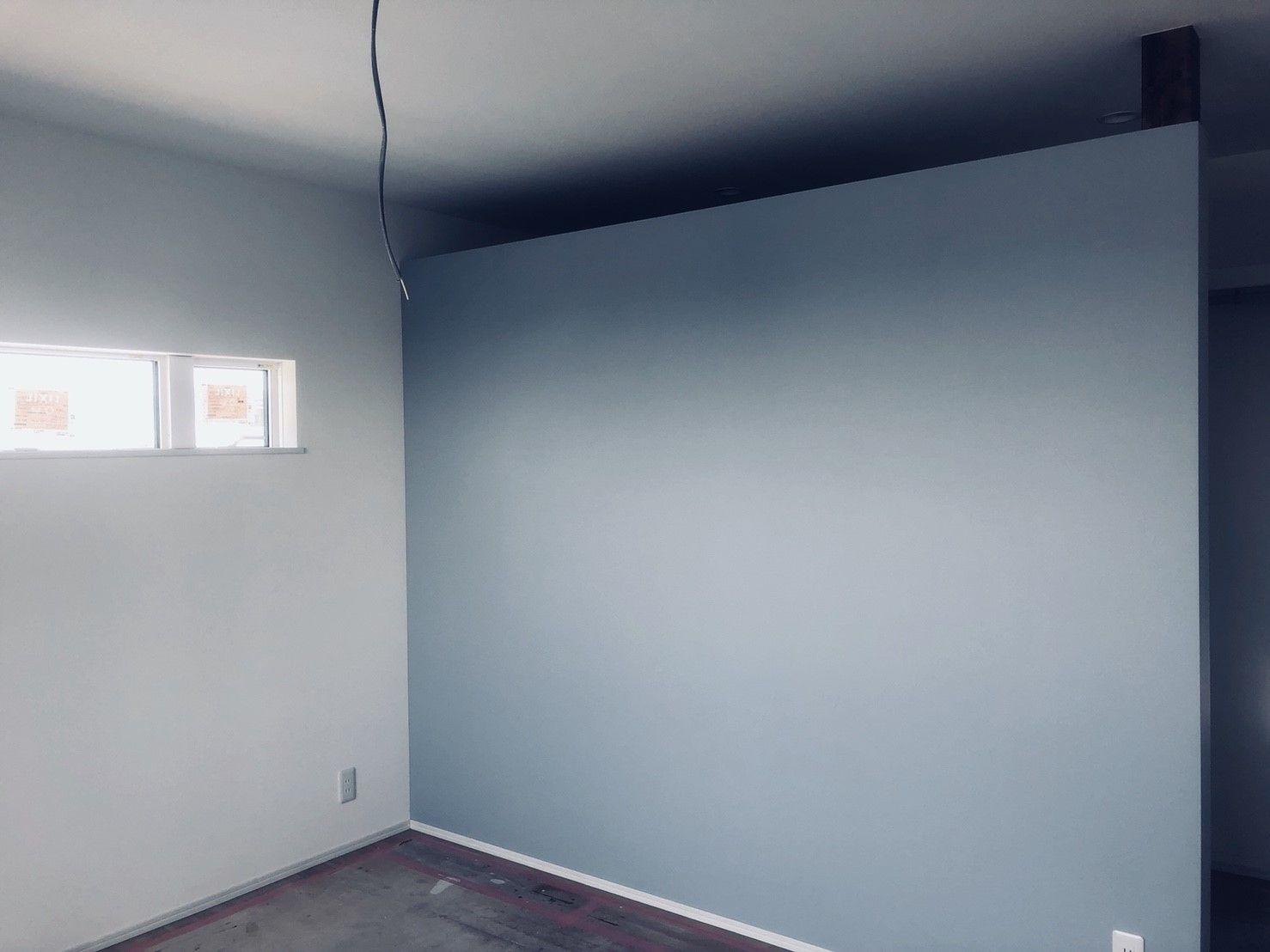 寝室 ブルーグレーの壁紙 壁でしきった収納 Bathtub Bathroom