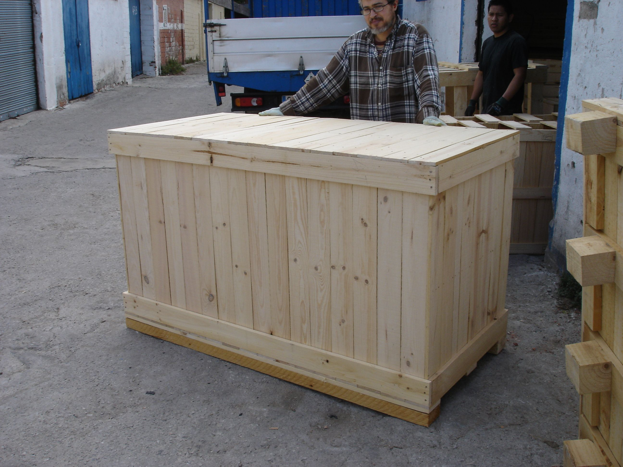 Mostrador hecho con palets mostradores y barras para for Mueble bar rustico
